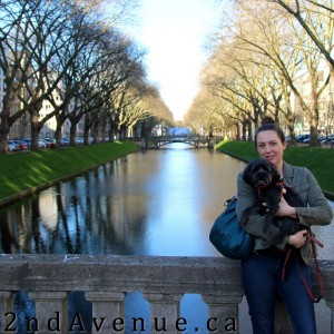 Laura and Sofie pose in front of a Dusseldorf canal